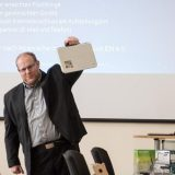 Christoph Haas, Vorsitzender des Freifunk im Ennepe-Ruhr-Kreis e.V. zeigt eines der MEDION-Chromebooks auf der Infoveranstaltung in Hattingen